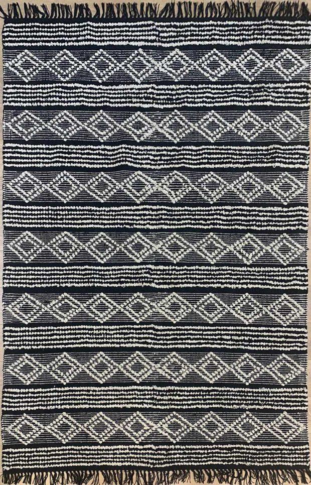 שטיח באריגה משולבת מעויינים שחור
