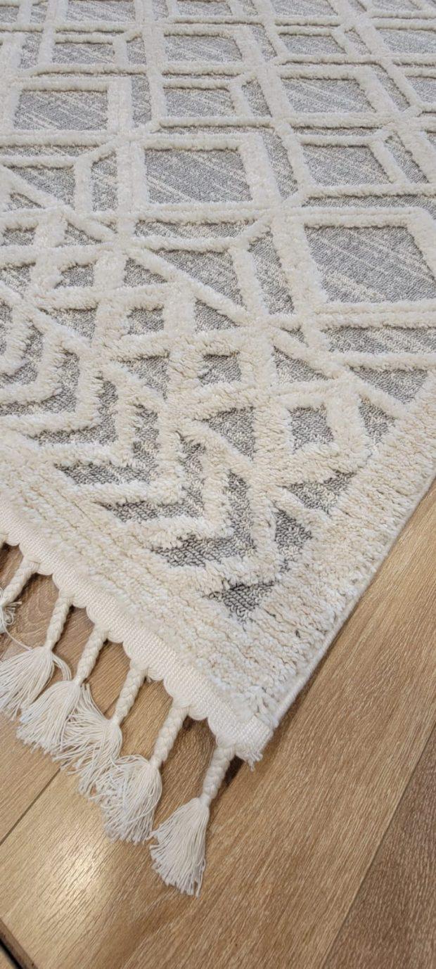 שטיח אפור בהיר עם דוגמא